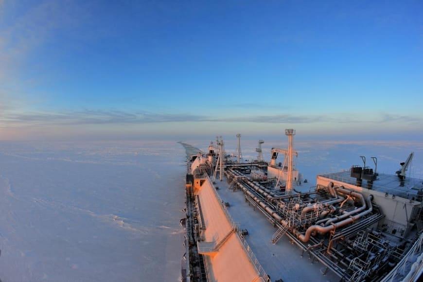 СПГ-танкер ПАО «Совкомфлот» при раннем прохождении Северного морского пути