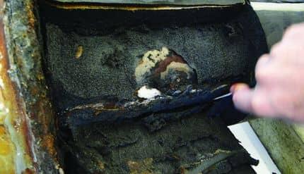 Изоляционные слои (темно-серый цвет) и адгезионные слои (коричневатые) – коррозия локализуется только в областях непосредственно вокруг отверстий, просверленных в изоляции