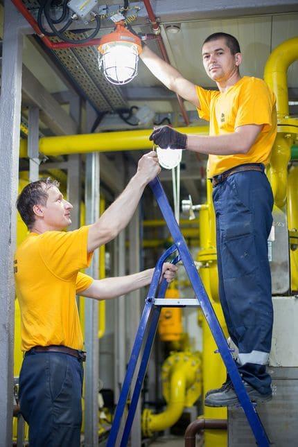 Рабочие монтируют БКК