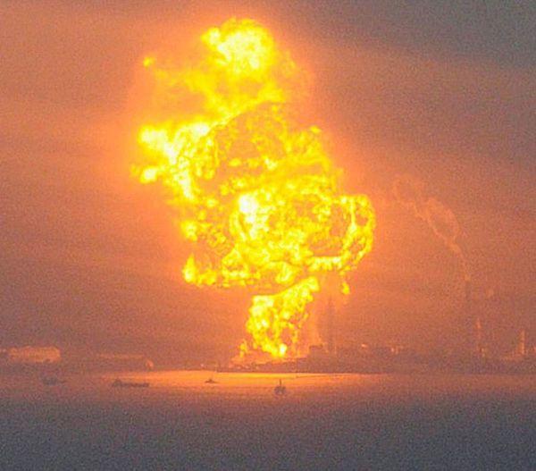 Горящие контейнеры с природным газом после землетрясения в префектуре Чиба. (REUTERS/KYODO)