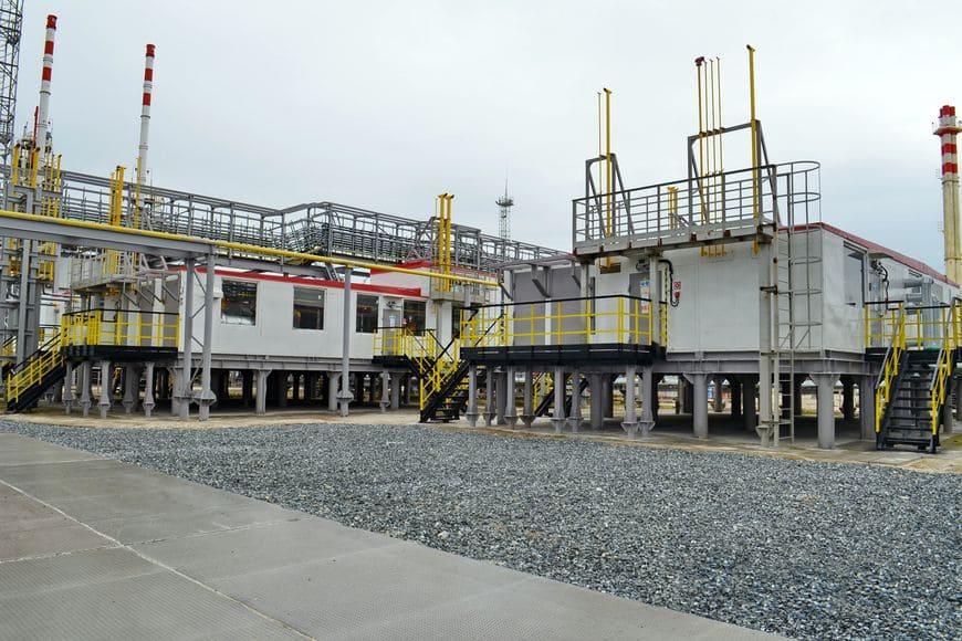 Установка подготовки топливного газа для объектов УКПГиК на Восточном Уренгое – основной (слева) и резервный модули