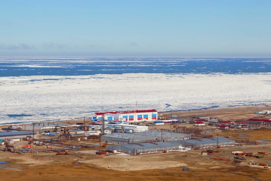 На площадке энергокомплекса Харасавэйского месторождения монтируется модуль №1 установки подготовки топливного газа