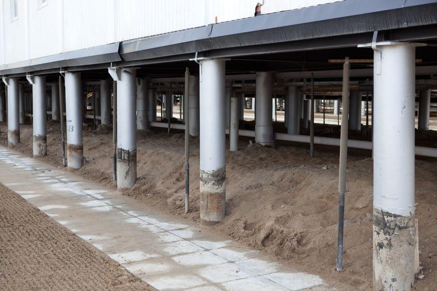 Здание с проветриваемым подпольем и одиночными термостабилизаторами в основании