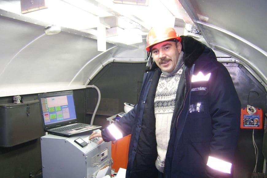 Оператор автоматической сварочной установки. Связь со сварщиком производится посредством радиосвязи