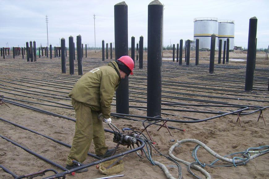 Охлаждающая система «ГЕТ» в основании строящегося сооружения. Сварка труб на передвижной головке автоматической сварочной установки