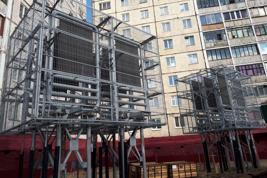 Замораживание талого основания под фундаментами жилых домов в г. Норильске. Конденсаторные блоки углекислотных Систем охлаждения (вынесены за пределы двора, защищены)