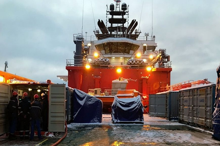 Контейнер ИНТЕРБЛОК на палубе судна (слева)