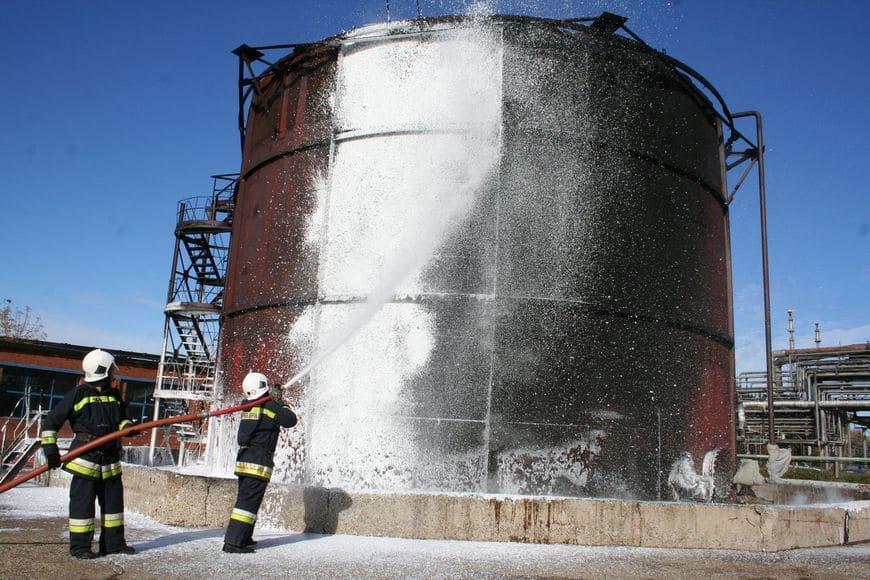 Подача компрессионной пены на покрытый маслянистой копотью стальной резервуар после проведения огневых испытаний