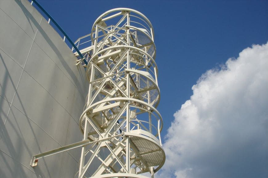 Резервуар для сырой нефти и подтоварной воды (ЦПС Ермаковское). Конструкции шахтной лестницы и обвязка РВС окрашены экономичной двухслойной системой покрытий