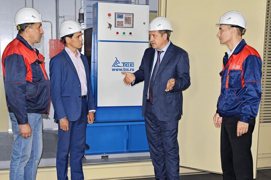 Владимир Сорокин (второй справа) в цехе изготовления и обеспечения блок-контейнеров