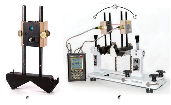 Внешний вид крепежной призмы с установленным измерительным блоком (а) и пример установки системы центровки КВАНТ-Л-II на тренировочном стенде, включая подключение измерительных блоков к вычислительному блоку (б)