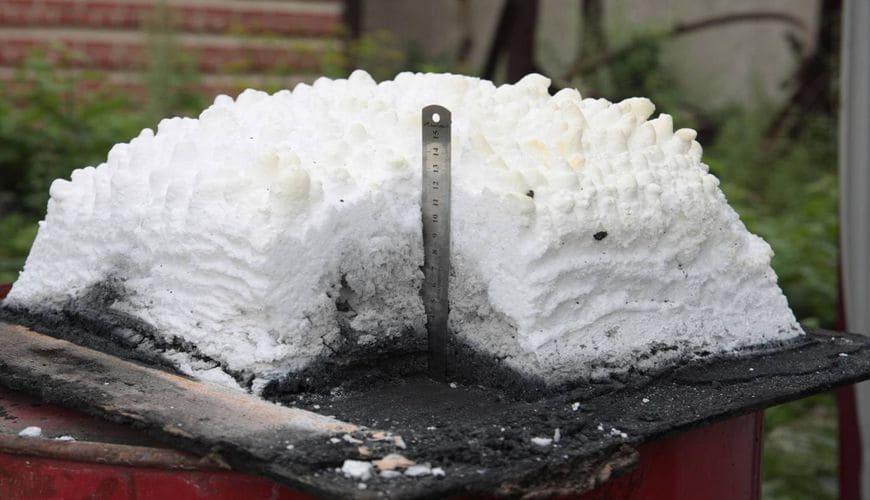 Теплоизолирующий слой огнезащитного покрытия, вспучившийся под воздействием высоких температур